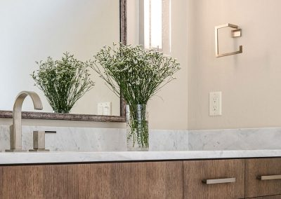 bathroom-flowers-black-bull-elizabeth-robb-interios