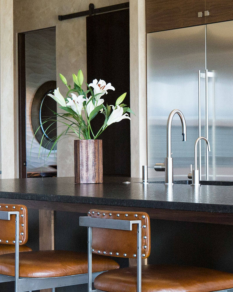 kitchen-flowers-black-bull-elizabeth-robb-interios